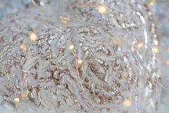 Fondo blanco borroso del bokeh que brilla con las luces que brillan intensamente Decoraci?n de la Navidad Profundidad del campo b imagen de archivo libre de regalías