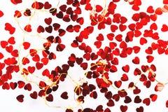 Fondo blanco con confeti rojo en forma de corazón fotos de archivo libres de regalías