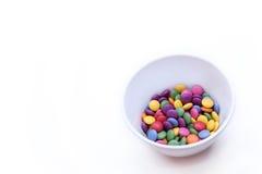 Fondo blanco con el caramelo brillante colorido Fotografía de archivo libre de regalías