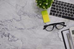 fondo blanco de espacio de funcionamiento de escritorio de oficina de la maqueta de la Plano-endecha fotografía de archivo libre de regalías