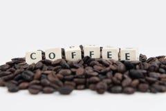 Fondo blanco de granos del texto Y de café del cubo del CAFÉ Foto de archivo libre de regalías