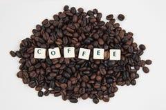 Fondo blanco de granos del texto Y de café del cubo del CAFÉ Fotografía de archivo