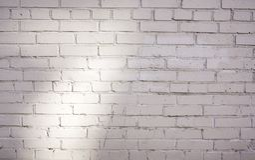 Fondo blanco de la pared de ladrillo en sitio rural imagen de archivo libre de regalías