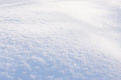 Fondo blanco de la textura de la nieve con el bokeh Ciérrese para arriba de nieve limpia fresca con las sombras azules Foco selec foto de archivo