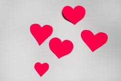 Fondo blanco de madera con los corazones rojos El concepto de Valentin Fotografía de archivo libre de regalías