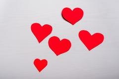 Fondo blanco de madera con los corazones rojos El concepto de Valentin Imágenes de archivo libres de regalías