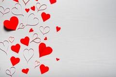 Fondo blanco de madera con los corazones rojos El concepto de Valentin Fotografía de archivo