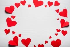 Fondo blanco de madera con los corazones rojos El concepto de Valentin Imagen de archivo