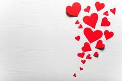 Fondo blanco de madera con los corazones rojos El concepto de Valentin Imagen de archivo libre de regalías