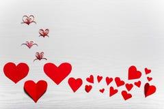 Fondo blanco de madera con los corazones rojos El concepto de Valentin Imagenes de archivo