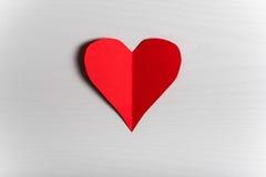Fondo blanco de madera con los corazones rojos El concepto de Valentin Fotos de archivo libres de regalías