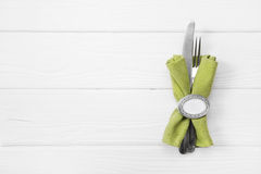 Fondo blanco de madera para una tarjeta del menú con los cubiertos en la manzana GR Foto de archivo libre de regalías