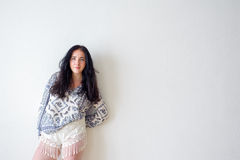 Fondo blanco del retrato de la mujer joven, no Imágenes de archivo libres de regalías