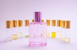 Fondo blanco del sampleson del perfume Composición hermosa con las muestras del perfume en probador ligero del rodillo del backgr imagen de archivo libre de regalías