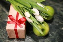 Fondo blanco del verde de la caja de regalo del tulipán Imagen de archivo