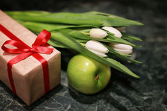 Fondo blanco del verde de la caja de regalo del tulipán Fotos de archivo