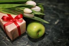 Fondo blanco del verde de la caja de regalo del tulipán Imágenes de archivo libres de regalías