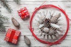 Fondo blanco rústico Brad y conos decorativos Estilo moderno Tarjeta de Navidad, ` s Eve de la Navidad y del Año Nuevo Regalos Foto de archivo