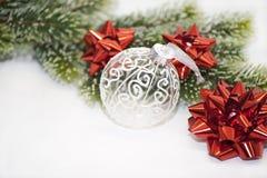 Fondo blanco rojo de la decoración de la Navidad Fotos de archivo libres de regalías