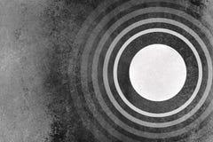 Fondo blanco y negro abstracto con el modelo de los anillos de los círculos y la textura del grunge Imagen de archivo libre de regalías