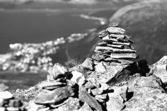 Fondo blanco y negro de las torres de la roca del zen de Noruega Foto de archivo