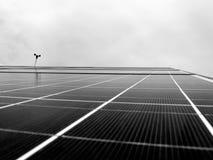 Fondo blanco y negro del panel solar que mira para arriba Imagen de archivo libre de regalías