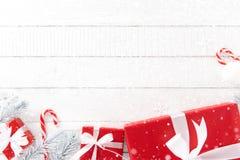 Fondo blanco y rojo del tema de la Navidad con las cajas de regalo y diciembre Fotos de archivo