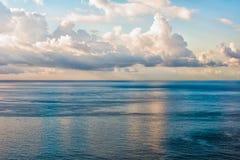Fondo blu celeste di vista di oceano Immagine Stock