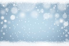 Fondo blu-chiaro del bokeh dei fiocchi di neve di inverno Contesto astratto della neve di festa di Natale illustrazione di stock