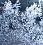 Fondo blu con gelo d'argento sulla finestra Acqua congelata fotografie stock