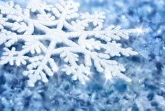 Fondo blu con ghiaccio e un grande fiocco di neve Immagine Stock Libera da Diritti