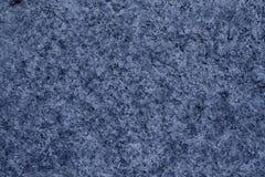 Fondo blu del primo piano della roccia del granito, struttura di pietra, superficie incrinata Immagine Stock