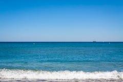 Fondo blu della costa di mare della baia stupefacente della riva immagine stock
