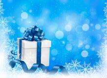 Fondo blu di Natale con il contenitore di regalo e lo snowfl Fotografia Stock