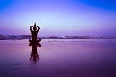 Fondo blu di yoga