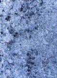 Fondo blu e bluastro di struttura del ghiaccio Struttura astratta della decorazione del ghiaccio immagini stock