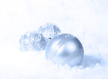 Fondo blu ghiacciato di natale bianco Fotografia Stock