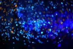 Fondo blu scuro fantastico del bokeh e confuso di tema nella caverna mystry fotografia stock libera da diritti