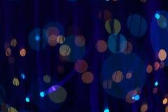 Fondo blu scuro fantastico del bokeh e confuso di tema nella caverna mystry fotografia stock