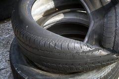 Fondo borrado de los neumáticos de automóvil fotos de archivo