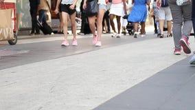 Fondo borroso de la muchedumbre Fondo borroso cantidad de la muchedumbre de gente que camina en la calle almacen de video