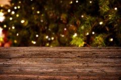 Fondo borroso de la Navidad, luces que cuelgan en un árbol de pino Fotos de archivo libres de regalías