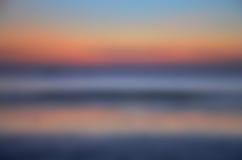 Fondo borroso de la salida del sol, luz de la madrugada, los fenómenos de la iluminación natural Imagenes de archivo