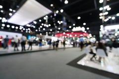 Fondo borroso, defocused de la sala de exposiciones pública del evento, concepto de la feria profesional del negocio