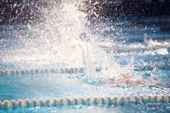 Fondo borroso del agua del descenso del chapoteo en la raza de la natación Fotografía de archivo