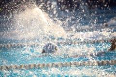 Fondo borroso del agua del descenso del chapoteo en la raza de la natación Imágenes de archivo libres de regalías