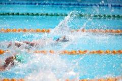 Fondo borroso del agua del descenso del chapoteo en la raza de la natación Foto de archivo