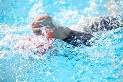 Fondo borroso del agua del descenso del chapoteo en la raza de la natación Imagen de archivo libre de regalías
