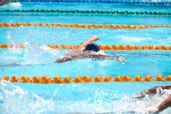 Fondo borroso del agua del descenso del chapoteo en la raza de la natación Fotos de archivo