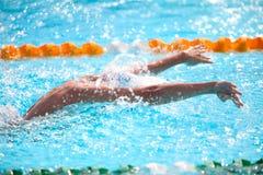 Fondo borroso del agua del descenso del chapoteo en la raza de la natación Fotos de archivo libres de regalías